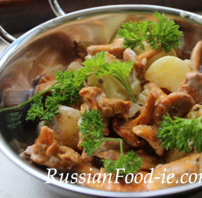 Chanterelles sautéed with potatoes, Russian recipe